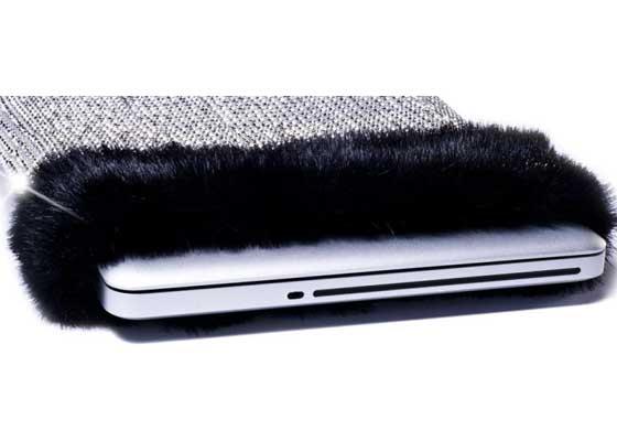 11. CoverBee钻石电脑套(1100万美元)    想要炫富?真想要炫富?大概没有比给2500美元的MacBook Pro买一个售价高达1100万美元的笔记本电脑套更加拉仇恨的炫富方式了。其镶嵌的那些钻石令其价格不菲--每个CoverBee钻石电脑套都有超过8800颗圆形切割钻石,开口使用的则是产自俄罗斯的紫貂皮。