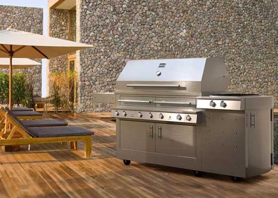 "27. Kalamazoo K1000HS Hybrid烤架(2.5万美元以上)    《福布斯》杂志将这一款售价2.5万美元(约合16.39万人民币)以上的烤架称之为后花园烤架中的""劳斯莱斯""。这并不难理解--该高科技神器可让你交换使用木炭、木头或者丙烷来烤食物。它有1012平方英寸的烧烤面积,能够快速给你带来非常美味的食物。"