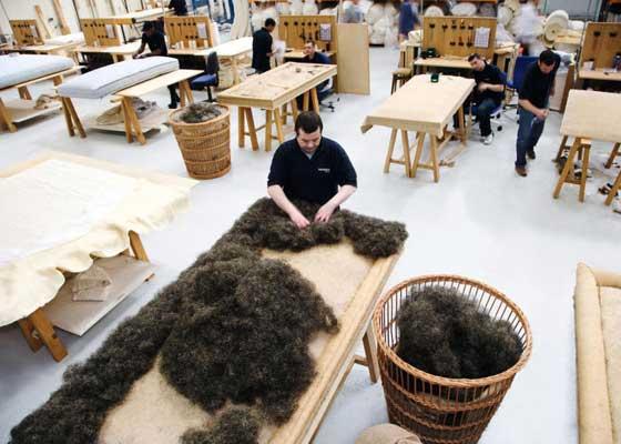 25. 7.5万美元的床垫是这样制成的    Savoir床垫之所以那么贵,是因为它都人工制造--单件的制造时间长达120个小时。你会发现床垫里面全都是最好的全天然材料。它里面塞满了蓬松的马毛和经过梳理的羊毛。它的外部则是覆盖了奢华的羊绒。