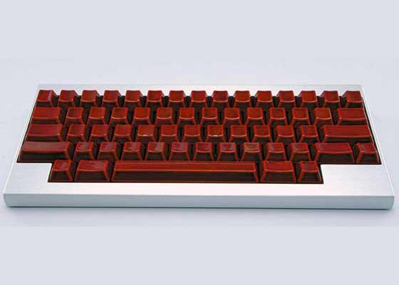 19. Happy Hacking Keyboard键盘(4800美元以上)    见过昂贵机械键盘,但没见过像Happy Hacking Keyboard这么贵的。它来自日本富士通公司。该款键盘的每一个无标记按键在镀金之前,都要涂漆10次。早在2006年作为特别版推出时,它的标价是52.5万日元(约合3.15万人民币)。
