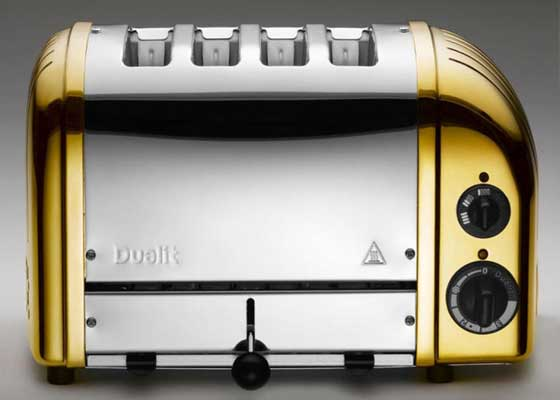 "21. Dualit 24K烤面包机(1440美元)    这一图集的共同主题似乎是,有钱人会将任何东西都镀上一层金,不管那样东西是什么。Dualit也针对土豪们打造了这一款24K镀金烤面包机。该手动组装的""特制烤面包机""在英国零售店Selfridges的售价达1440美元(约合9440人民币),相当于每个烤格大约360美元。"
