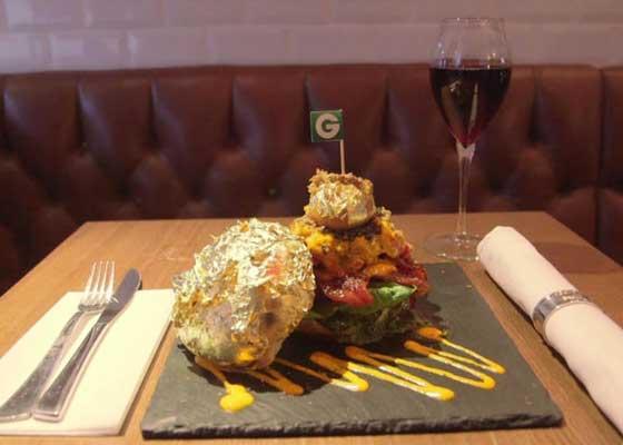 12. Glamburger汉堡(1580美元)    伦敦的美食餐厅Honky Tonk拥有一款世界知名的汉堡。该款名为Glamburger的超级汉堡售价1100英镑(约合1.04万人民币),采用大量来自世界各国的一流材料:伊朗番红花,白鲸鱼子酱,白松露,日本抹茶,加拿大龙虾,金箔,黑松露干酪,新西兰鹿肉,神户牛肉。据大厨克里斯?拉奇(Chris Large)称,该款汉堡非常美味。