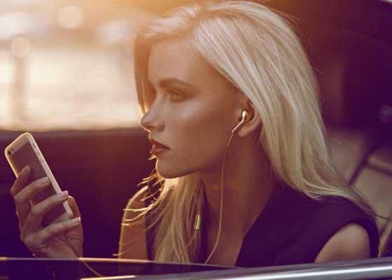 1. Happy Plugs 18K金耳机(1.45万美元)    这可能是对原本苹果耳机最疯狂的升级:瑞典设计公司Happy Plugs打造了一副由25克18K金制成的耳机。这样一副耳机需要长达5周的人工制造,其价格也反映出了这一点:1.45万美元(约合9.51万人民币)。