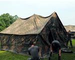 拉紧绳索,固定帐篷。
