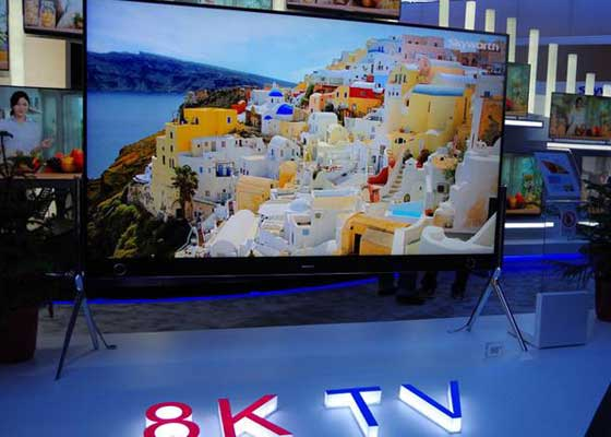 8K电视    与不断升级的像素大战类似,我认为现在进入8K电视时代有点儿为时过早。现在4K电视的价格正在下降,8K电视已经做好进入普通家庭的准备。8K只是分辨率标准,像素是4K电视的2倍,是高清电视的4倍。有些贵的离谱的8K显示器已经开始出售。即使你有钱买下能够使用的8K电视也毫无意义,因为没有与之匹配的内容。可以肯定的说,我们将在10年内看到消费级8K电视和8K内容出现。但我可能依然会选择4K电视,它们依然很棒,没有理由让我放弃高清电视去买新的电视。