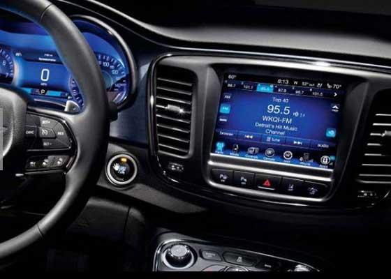 智能车载系统    总的来说,谷歌Android Auto和苹果CarPlay都可被称为公路生态系统,现在可以支持数十家汽车制造商的诸多车型。有些主流汽车制造商已经承认这样的事实,即谷歌和苹果的智能车载系统用户体验比自己开发的系统更棒,且已经开始在车上安装。但有些汽车制造商则不同,特别是丰田和福特,它们都在避免科技巨头入侵它们所在的领域。这些来自底特律的系统将来可能与硅谷系统同样好,但我对此表示怀疑。苹果和谷歌知道如何做好软件和接口,因此请不要再浪费时间。
