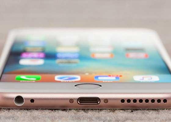 花哨的手机设计    对于那些通宵达旦设计iPhone圆角和色调的人来说,他们的工作几乎是徒劳的。消费者数据公司NPD2013年发布报告显示,75%的智能手机用户都使用手机套,将这些设计师精心设计的功能分分钟掩盖起来。毕竟购买智能手机通常是不小的投资,谁也不希望它被碰撞、划伤。苹果绝非唯一将外观设计作为手机重要卖点的科技公司,HTC One也曾大肆吹嘘其全金属外观。但是戴上手机套后,这些外观也成了内饰,你还想额外付费吗?
