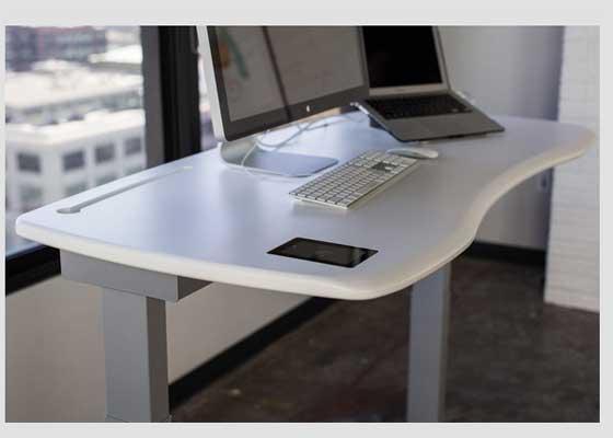 Stir Kinetic Desk M1智能办公桌    如果你在考虑添置新的办公桌,可以安装立式办公桌,它们正成为健康科技领域的明星。其中Stir的Kinetic Desk M1显然最受关注。这款智能办公桌设计精致而简约,可以充当舒适的工作站,根据你的喜好调节站立或坐姿。你可以告诉只能办公桌自己想要站立多久,它会通过电动马达升降,推动你慢慢站起来。