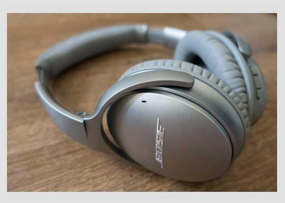 Bose QuietComfort 35无线耳机    对于学生来说,配备防噪音耳机是必须的,可以帮助他们阻挡室友或图书馆、咖啡厅中的噪音。尽管Bose QuietComfort 35无线耳机有点儿贵,但绝对物超所值。它拥有与Bose QuietComfort系列有线耳机同样出色的消噪功能,采用无线设计,能够让用户随意移动使用。单次充电之后,Bose QuietComfort 35可以持续使用20个小时。