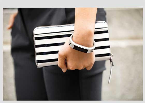 Fitbit Alta活动追踪器    为了维持学习与工作平衡,智能手表或健身追踪器是必须的。如果你在寻找能够处理推送通知、提醒的设备,那么可以选择购买全功能智能手表。iPhone用户可以选择Apple Watch智能手表,而安卓用户则可以选择购买华为智能手表,它的外形设计、功能和自定义选项都颇受欢迎。如果你只需要健身功能,可以购买活动追踪器Fitbit Alta。这款时尚设备能够自动监控用户的锻炼、步数和睡眠状况,并且可通过手机上的Fitbit应用与手机匹配,监控你的习惯。比如在学习期间,提醒你保持活动。