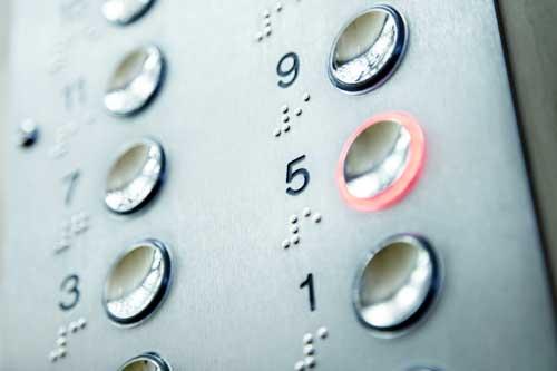 乌鲁木齐:电梯坠降时男孩突然撑地跳出