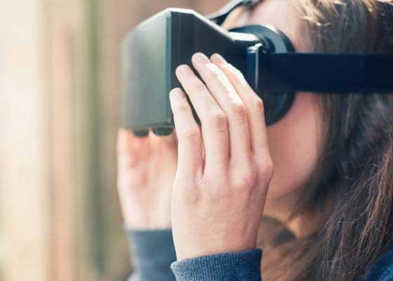 享受虚拟现实    我们大多数人都已经习惯在购买新手机的同时买耳机,那么会购买虚拟现实头盔吗?有关虚拟现实的大多数炒作都围绕着昂贵系统进行,比如售价接近600美元的Oculus Rift。然而,新的智能手机将提供享受虚拟现实的更廉价方式。三星的虚拟现实头盔Gear VR能够将普通智能手机变成虚拟现实的控制系统,允许佩戴者体验在斜坡上加速滑雪、探索遥远城市以及在海底游泳等。通过Gear VR与三星Galaxy S7绑定,你还可以看到视频内外的景象,比如房地产商的住房。通过侧面的触控面板,你可以控制任何东西,菜单选项就漂浮在你眼前。