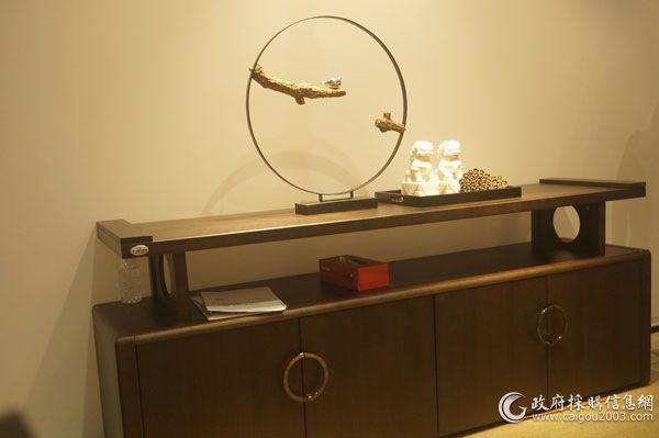 第38届中国(上海)国际家具博览会上,古香古色的新中式办公家具。