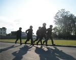 10月9日,武警滁州市支队特勤排预备队员正在参加一公里奔袭射击考核。