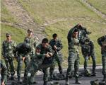 10月9日,武警滁州市支队特勤排预备队员正在穿戴约20斤重的特战装备。