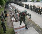 10月9日,武警滁州市支队特勤排预备队员正在参加400米障碍考核。