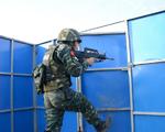 10月9日,武警滁州市支队特勤排一名预备队员正在参加小组突入识别射击考核。