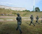 10月9日,武警滁州市支队特勤排预备队员正在参加手枪快速精度射击考核。