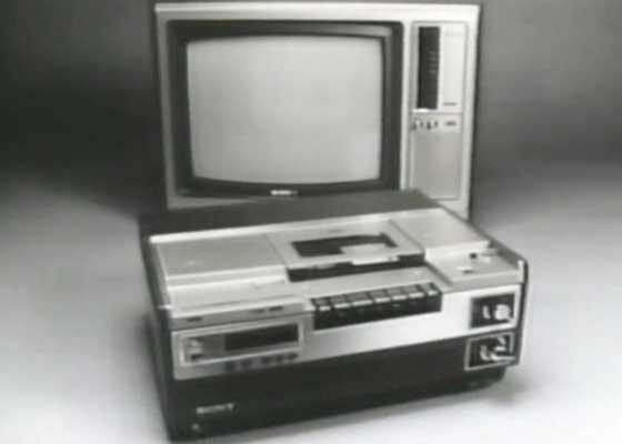 索尼Betamax播放器(1975)    在死对头日本JVC公司发布了革命性产品VHS播放器的一年后,索尼也发布了Betamax这款产品,单从技术层面来说,Betamax其实要优于VHS。然而,Betamax最终不敌VHS的原因主要在于:a)Betamax更贵,b)它的只能支持磁带播放1小时,这在VHS3小时的续航时间对比下,就显得太鸡肋了。但非常滑稽的是,就在所有人都以为Betamax早就已经退出历史舞台了的时候,索尼其实直到这个月才真正终止了这个项目。