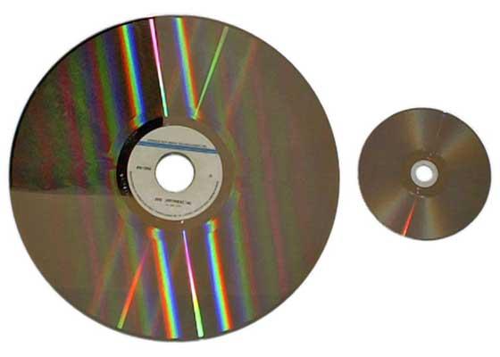 镭射影碟(1978)    这些高存储容量的影碟因为a)体积大,b)容易被损坏,c)售价昂贵的这些缺点,最终都被历史淘汰了。