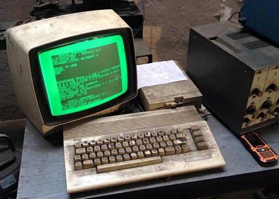 "Amiga 2000 就在去年,美国密歇根州的一所中学被发现仍在使用Amiga 2000。在这台机器""横行""的年代,里根正担任着美国总统,而施瓦辛格也还是一位美少年。当时年轻的施瓦辛格刚刚在电影《铁血战士》中展露头角,喊出了那句经典台词:""Run! Go! Get to the chopper!""(快逃!跑!去直升机那里!)"
