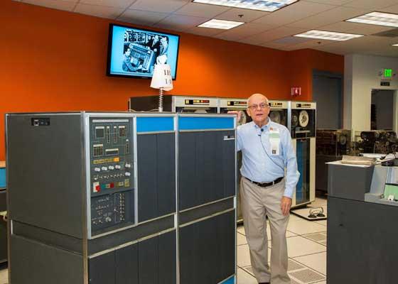 IBM 1401 在上世纪六十年代中期的时候,全球的电脑中有半数都是IBM 1401,这主要得益于IBM 1401在当时,对公司管理员工工资单的任务处理得非常好。虽然这听起来简直是天方夜谭,但在加州的计算机历史博物馆里,有一个20人的团队仍然运行着两台IBM 1401——在这个房间里,柜子一般大的IBM 1401,打孔卡读取机和其它一些相关设备几乎占满了屋里的所有空间。它们中的一台机器还被美国康乃狄克州的一家经营女性和时尚消费品业务的公司,使用到了1995年。