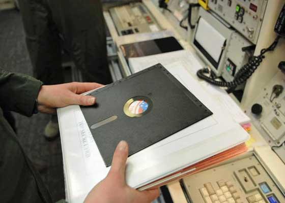 """IBM Series/1 你是否觉得上面提到的那台仍在加拿大核电站服役的70年代计算机很可怜?那么如果我们告诉你,一个""""40岁高龄""""的系统仍控制着美国的核武器会,你又会作何感想?目前,美国国防部下属的战略自动指挥和控制系统,连同掌控着洲际导弹和轰炸机的美国核武力部门,仍在使用这种IBM Series/1的""""老技术""""。尽管在美国国防部内部,它也是争议不断的讨论对象,但事实是,它仍处于服役状态。IBM Series/1是一台使用8英寸软盘的老式电脑,即便是如今一个普普通通的U盘,它的存储空间都比IBM Series/1大数百万倍。"""