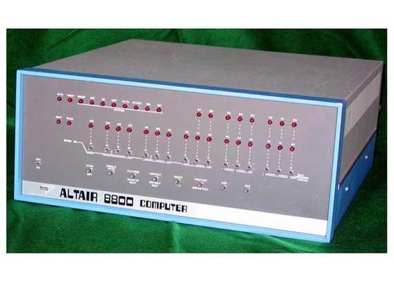 "Altair 8800 对于如今已经习惯通过应用的滑动和点击来进行程序操作的用户来说,他们或许很难再回忆起最早的电脑是有多难用了。但这点,对于那些仍过着1975年那样生活方式的""复古科技""骨灰级粉丝来说,根本就不算事儿。在1975年的时候,Altair 8800仍是当年红极一时的最新款电脑。设想一下,如果你回到那个显示屏和键盘还未出现的年代,你能拿这些电脑干啥?"