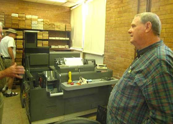 """IBM 402 如果说仍使用""""40岁高龄的设备""""已经一件异事的话,那么如果我们告诉你,在数字计算机诞生前的那批机器还在服役的话,你又会作何感想?在2013年的时候,位于美国德州的一家名为Sparkler Filters 的过滤公司仍在使用IBM 402,来进行它的财务和存货盘点工作。须知,IBM 402是一款风行于1948年的,通过扫描打孔卡来读取数据的制表机。在这之前,Sparkler Filters曾考虑过要逐步淘汰这个系统,尤其是想到公司上下都只剩下一位懂得如何维修这台机器的打孔卡技术人员了。"""