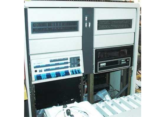 PDP-11 第一批冰箱大小的PDP-11计算机产于20世纪70年代,但这并不妨碍它在加拿大核发电站里,成功服役到了21世纪。在2013年的时候,通用电气公司曾表示,尽管要找到一些懂得PDP-11编程技术的人才困难重重,但加拿大核工业仍将继续使用这批16位的小型计算机——就像照片中的这款———直到2050年。