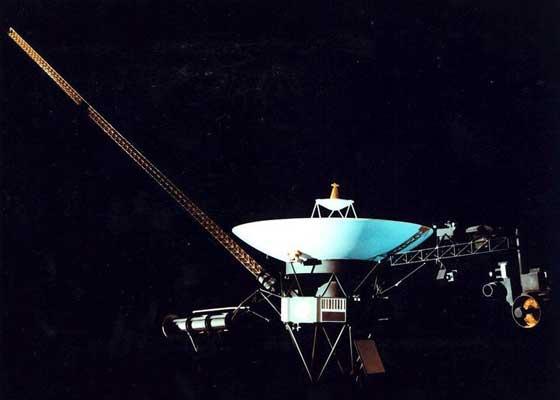 "Nasa Voyager 如果有一天,外星人发现了NASA发射出的,在过去的40年里,一直在驶离太阳系的航海家号宇宙飞船(Voyager ),它们或许会在上面发现许多在今天的技术标准看来,非常奇葩的老科技。尽管其原先的在舰电脑都已步入""高龄"",但这个由钚动力驱动的系统仍能将大量的科研数据源源不断地传送回地球,它预期还将继续服役到至少2025年。这对一款在1977年就被发射升天的设备来说,已经算是好的了。如果你知道NASA在这些年来,还对远在几十亿英里外的航海家号宇宙飞船,进行了无数次软件升级的话,或许会更为吃惊。"