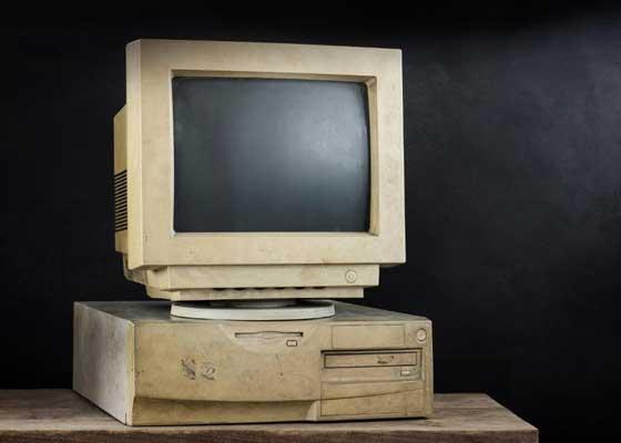 """如果苹果的市场主管认为用一款""""五岁高龄""""的电脑已经是一件很悲催的事的话,那么当他看到那些已经""""服役""""数十年,却仍坚挺在一线的老式电脑时,一定会惊呆到说不出话来。当同期的大多数机器都已布满灰尘的时候,这些早就已经过了正常使用年限,却仍在兢兢业业地工作着的系统就犹如活着我们身边的""""活化石""""。"""