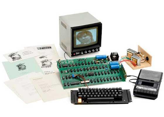 Apple I Apple I是苹果公司产品线里的元老级存在,它当年是由史蒂夫·沃兹尼亚克 ( Steve Wozniak )用纯手工打造出来的。那时的苹果公司还只是三个男人在车库里捣鼓出的一间小小工作室,谁能想到它如今的市值已经达到了4950亿美元。对于苹果粉来说,这块裸露在外面的电路板真实地展现了当时的苹果对极致细节的追求。在2013的时候,这款仍能正常运转的1976年出厂的Apple I电脑,创纪录地在一场拍卖会上,被拍出了67.14万美元的天价。