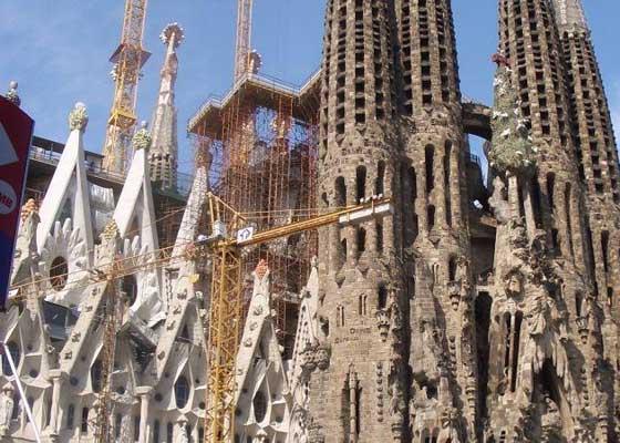 神圣家族大教堂:外部扫描    神圣家族大教堂将于2026年完工,施工方计划利用无人机帮助实现这个目标。神圣家族大教堂首席信息官费尔南多·维拉(Fernando Villa)对使用无人机扫描建筑顶部外观很感兴趣。