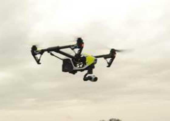 警察:快反无人机    英国德文郡和康沃尔郡的警方正为无人机安装高清摄像头,并利用它们帮助搜寻失踪人员、监控交通事故以及抓拍犯罪现场照片等,它们的功能与快速反应的直升机类似。