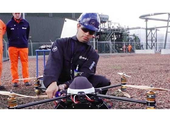 石油公司Shell:监测无人机    在欧洲部分最大的能源工厂,Shell都在利用无人机监测那些人类难以到达的石油和天然气设施,比如高塔、海上石油钻井平台底部等。与派人相比,使用无人机不仅更安全,效率也更高。