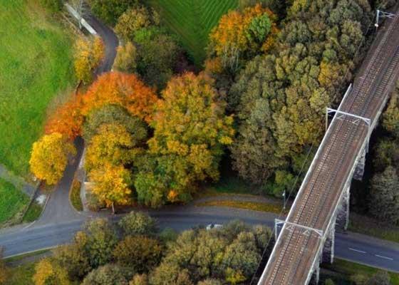 Network Rail公司:数字化    英国Network Rail公司的ORBIS项目旨在利用配备3D摄像机和在线可视化技术的无人机对英国铁路进行数字化,以便分析维护情况,并更高效地分配工人。目前,该公司正使用航空相机,但他们希望利用无人机拍摄更清晰的照片。