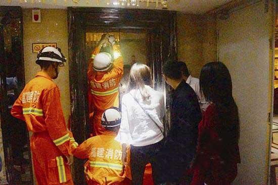 福建:酒店电梯困住5人 消防官兵强制破拆