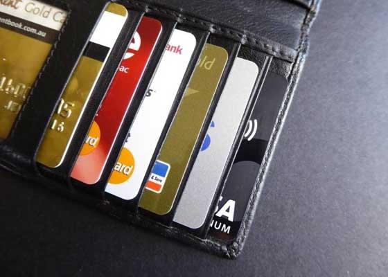 信用卡    在过去的很多年里,信用卡已经成为了财务交易当中最流行的支付方式。然而,在未来的10年里,它很可能也会消失掉。10年后的今天,你或许可以简单地通过在线的方式完成下单,剩下的就都交由整合进你银行账号的智能助手来完成。