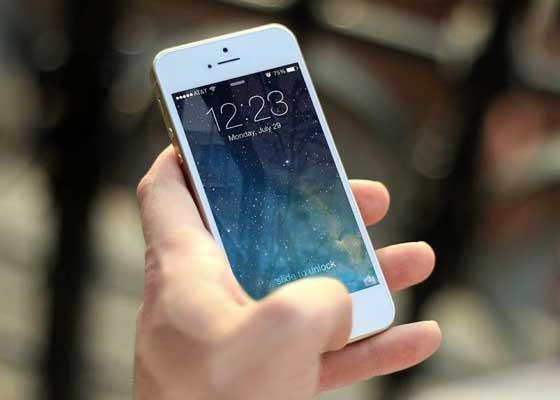 智能手机    虽然这听来来令人无法相信,但时下无处不在的智能手机或许将在未来的10年里,被人们所抛弃。10年后的今天,我们或许会随身携带着我们的数据,并可以从任何一个地方获取到它们。比如嵌入办公桌或是嵌在墙上的那些触摸屏。至于打电话的问题,我们或许会通过佩戴像Moto Hint或者三星Gear Icon X那样的无线耳机来解决。