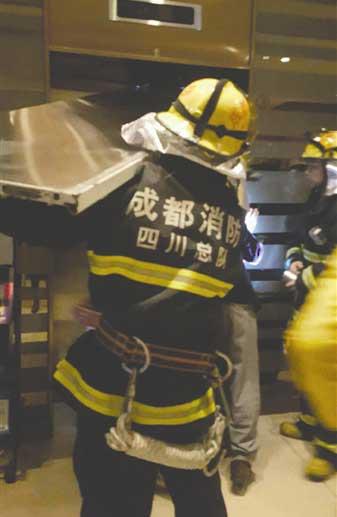 10人被困电梯 急救电话竟然关机