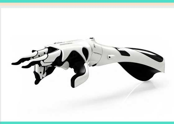 """仿生手臂    如果你在意外事故中失去手臂,替换假肢可能在3000美元到3万美元之间。然而有了3D打印机后,仿生手臂的成本只要数百美元。Exii已经研究出3D打印的电动手臂HACKberry,拥有双手的多数功能。它拥有灵活的手腕,特别灵巧的手指以及廉价部件(比如电子元件、传感器以及电池),只需装入3D打印的廉价塑料壳中即可。你可以使用肌肉传感器和智能手机技术控制假肢。HACKberry的发明者称:""""当神经和肌肉组织同时受到来自大脑信号刺激时,仿生手臂可发现信号,然后向机载微控制器发送信号,最后转化为手和手臂的动作。这套系统可让使用者握拳或张开手掌,甚至还能控制个别手指。"""""""