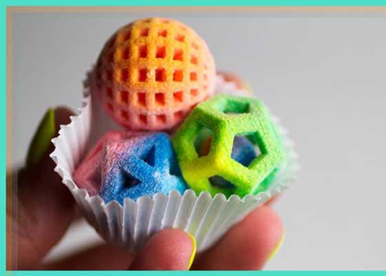 糖果    3D打印技术正被应用到烹饪领域。厨师、调酒师以及烹饪创新爱好者已经发现这种技术在创作独特食物方面的巨大优势,比如几何形状的糖果。3D Systems公司推出的食品打印机Chef Jet,可以利用糖和牛奶巧克力创作可定制形状的糖果。该公司已经与美国烹饪学院、Charm City Cakes厨师杜夫·戈德曼(Duff Goldman)以及明星调酒师马修(Matthew Biancaniello)合作。