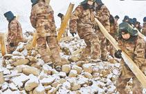 新疆驻军和武警部队迅速投入抗震救灾