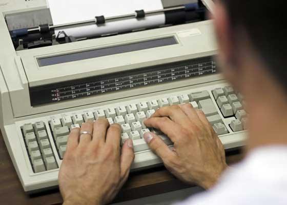 电子打字机    在20世纪90年代早期,制造商们不再青睐这种电子打字机,因为其销量相当匮乏。但学校依然在使用它们向家长递送学生的纪律处分通知。
