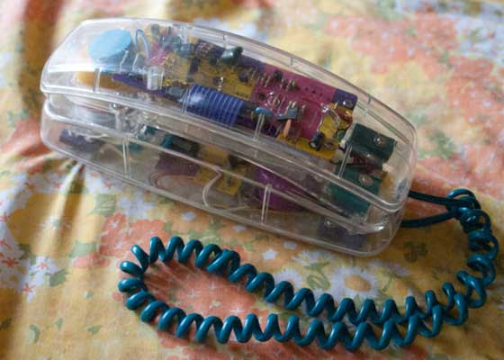 电话玩具    在20世纪90年代,女孩和男孩的玩具有很大差别,其中电话以及与电话有关的玩具深受小女孩的喜爱。Nickelodeon的Clarrissa Explains It All就是这类电话。如果你有一个这样的玩具,瞬间就会成为令人艳羡的对象。