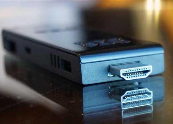 """7、英特尔ComputeStick(CoreM型号) 从名字来直译就是""""电脑条"""",意思就是这一块小东西上面有一台电脑所需要的一切配置,插上接口就行了。在这么小的体积之下,CoreM处理器也够用了。"""