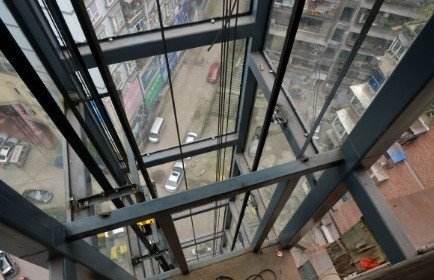 公租电梯引起老年人浓厚兴趣