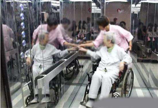 使用轮椅的人进入电梯后,大部分都是背对电梯,看不到楼层到达显示,就不知道自己什么时候该下。对着镜子则可以清楚看到,随时准备下电梯。