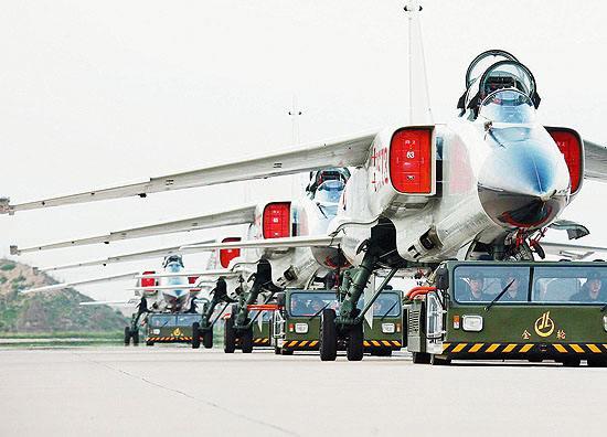 海军:航空兵进行低空机动突防训练